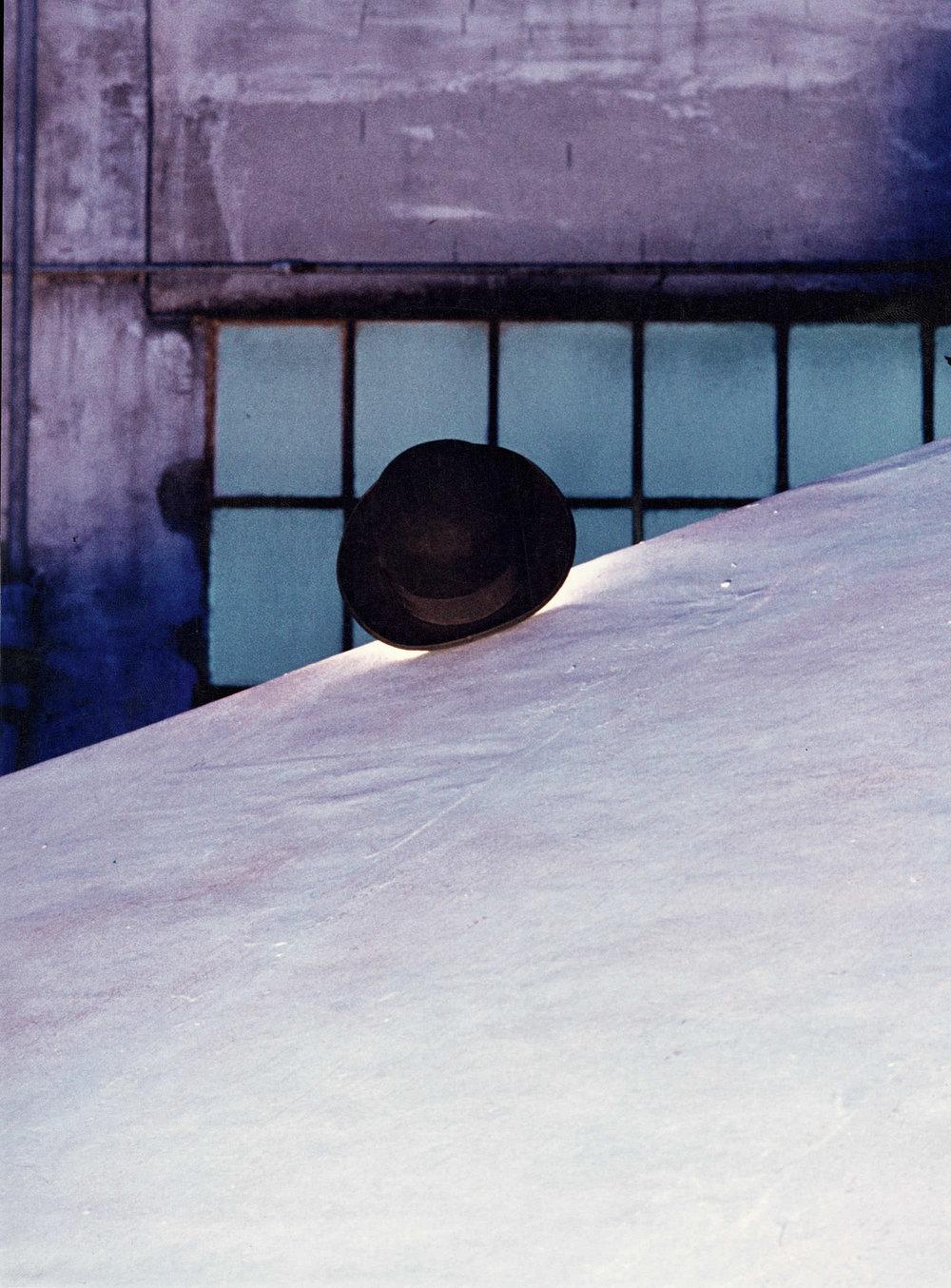 Marco Bagnoli, Bonjour, Monsieur Cézanne, cappello di feltro, Galleria Lucio Amelio, Napoli 1978. Fotografia di Maria Benelli