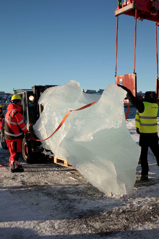 caricamento di ghiaccio al Nuuk Port and Harbour, Groenlandia foto : studio olafur eliasson, © 2018 olafur eliasson