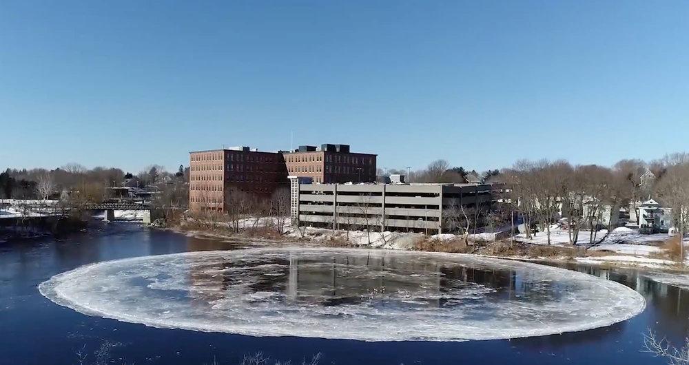 Il gigantesco cerchio di ghiaccio comparso sul fiume Presumpscot a Westbrook, Maine, il 14 gennaio 2019. Foto: Tina Radel (City of Westbrook)