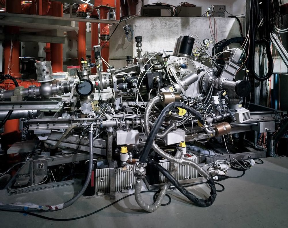 Thomas Struth, Spettrometro a incidenza radente, Max Planck IPP, Garching, 2010, C-print, 115,1 x 144,0 cm, © Thomas Struth
