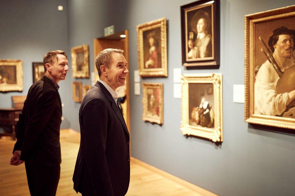 Jeff Koons osserva la collezione dell'Ashmolean; photo: © David Fisher, 2019