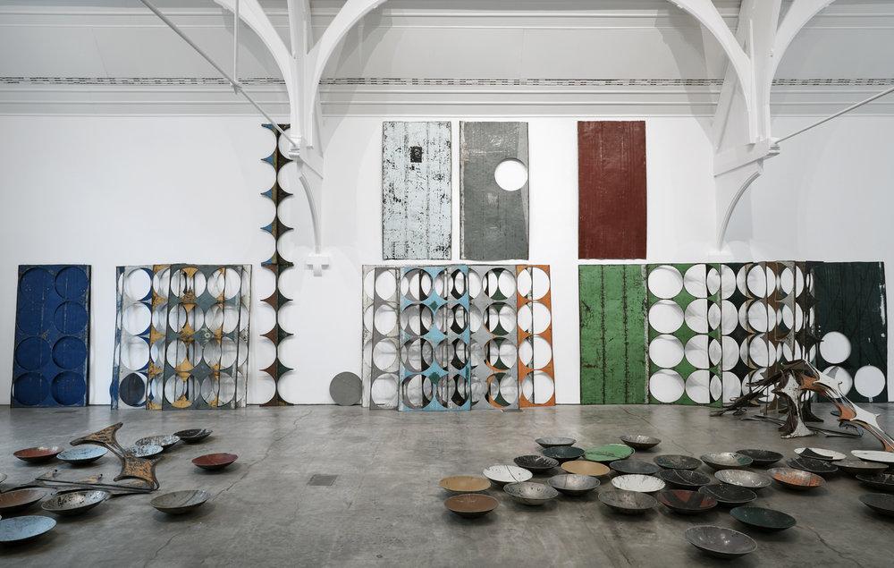 Sheela Gowda; What Yet Remains, 2017., Veduta dell'installazione, Ikon Gallery, Birmingham, 2017. Courtesy dell'artista e Ikon Gallery, Birmingham. Foto: Stuart Whipps