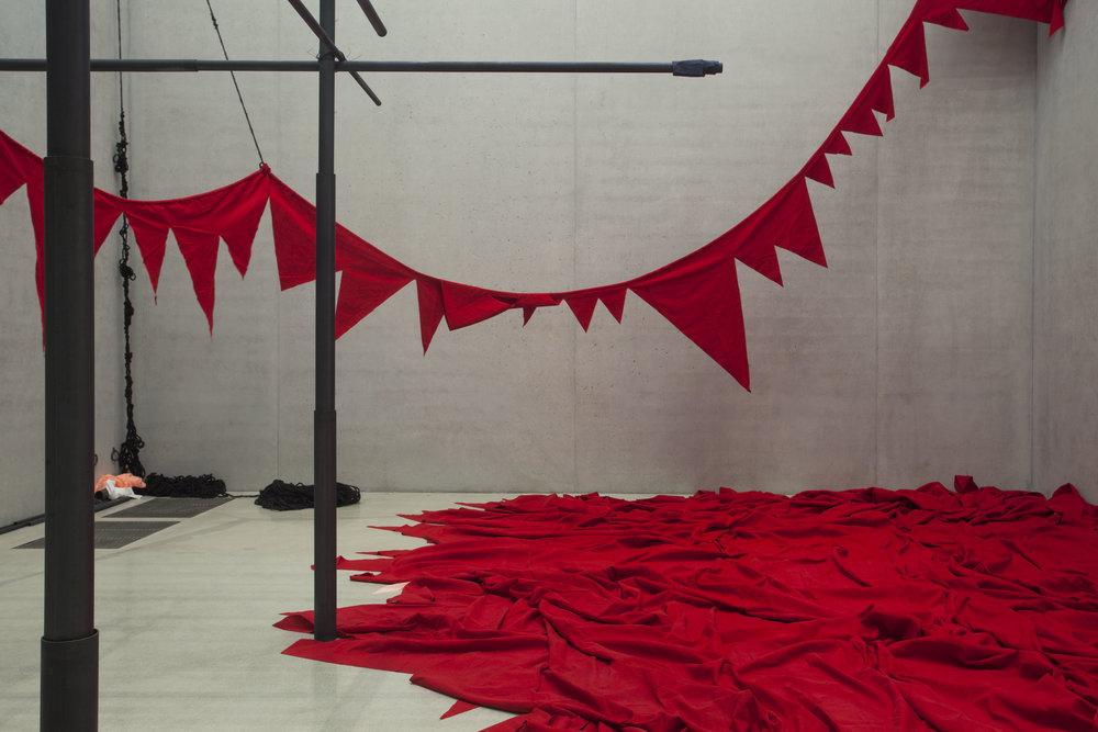 Sheela Gowda; And that is no lie, 2015; Veduta dell'installazione: Pérez Art Museum Miami, 2015–16. Courtesy dell'artista e Pérez Art Museum Miami. Foto: Oriol Tarridas