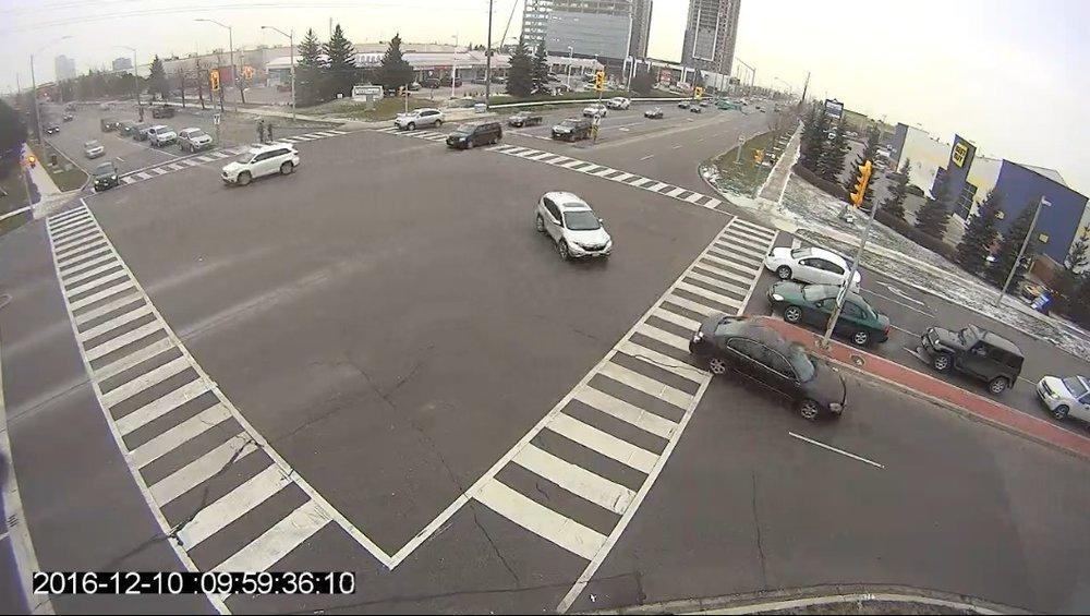 Buena colocación de la cámara - ✔Libre de obstrucciones✔Cámara adyacente a la intersección✔Movimientos de giro a la izquierda dentro de los 45 metros (150 pies) de la cámara