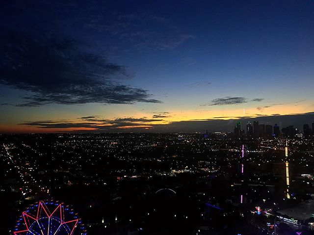 You can't beat a view like this of #dallastx sunset from @statefairoftx 😍 #naturephotography #sunsets #bdaytrip #fairfun #citylights #statefair #goodtimes
