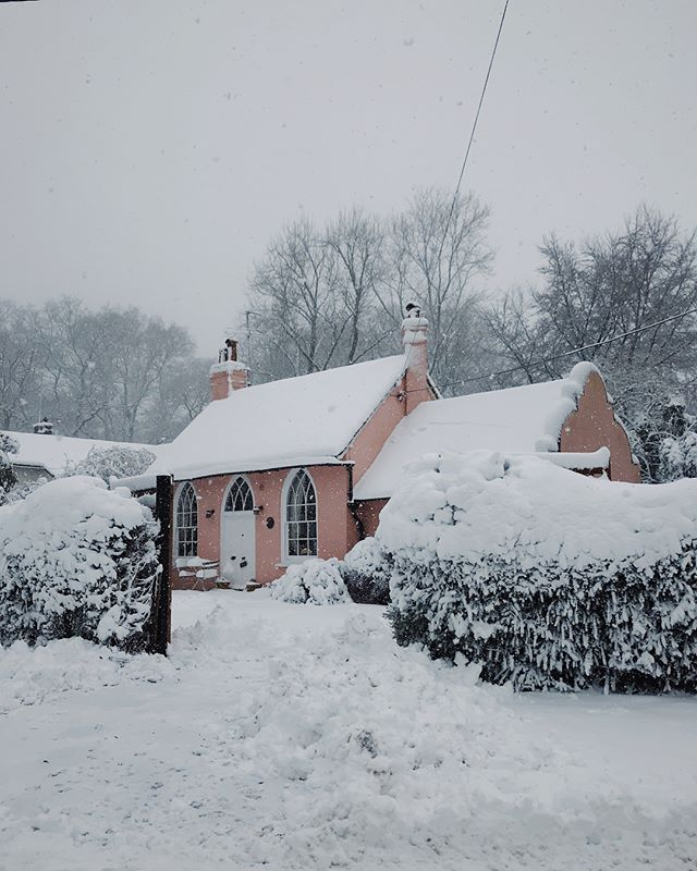 ❄️Snowy days in Christmas Common❄️. . . #countrycottage #pinkhouse #oxfordshire #countrylife #englishvillage #snowday #architecture #tinyhouse