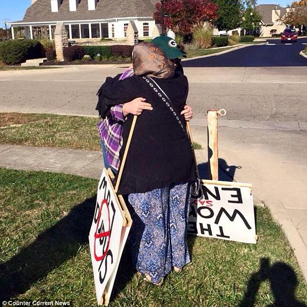 Daily Mail: Woman protesting Islam ends up hugging Muslims