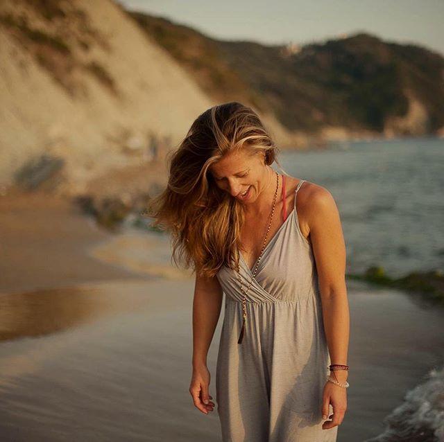 HERZ ÜBER KOPF ... die Stimme des Herzens zu hören und zu folgen ist vermutlich einfacher als es sich unser Kopf vorstellen kann.  Die Stimme des Herzen die uns den Weg zeigt und uns führt und der Kopf, der als Instrument dient um Dinge praktische umzusetzen, zu vereinen ist für mich der Schlüssel zu einem erfüllten Leben.  Und vielleicht dürfen wir uns auch daran erinnern, dass wir nicht alles mit irgendwelchen Kennzahlen / Werten messen können/  müssen und vielleicht einfach nur auf unsere Gefühl hören ... LOVE  Claudia 📸 @gritsiwonia  #herzüberkopf #heartbeat #wisdomoftheheart #connect #beyou #move #trusttheflow