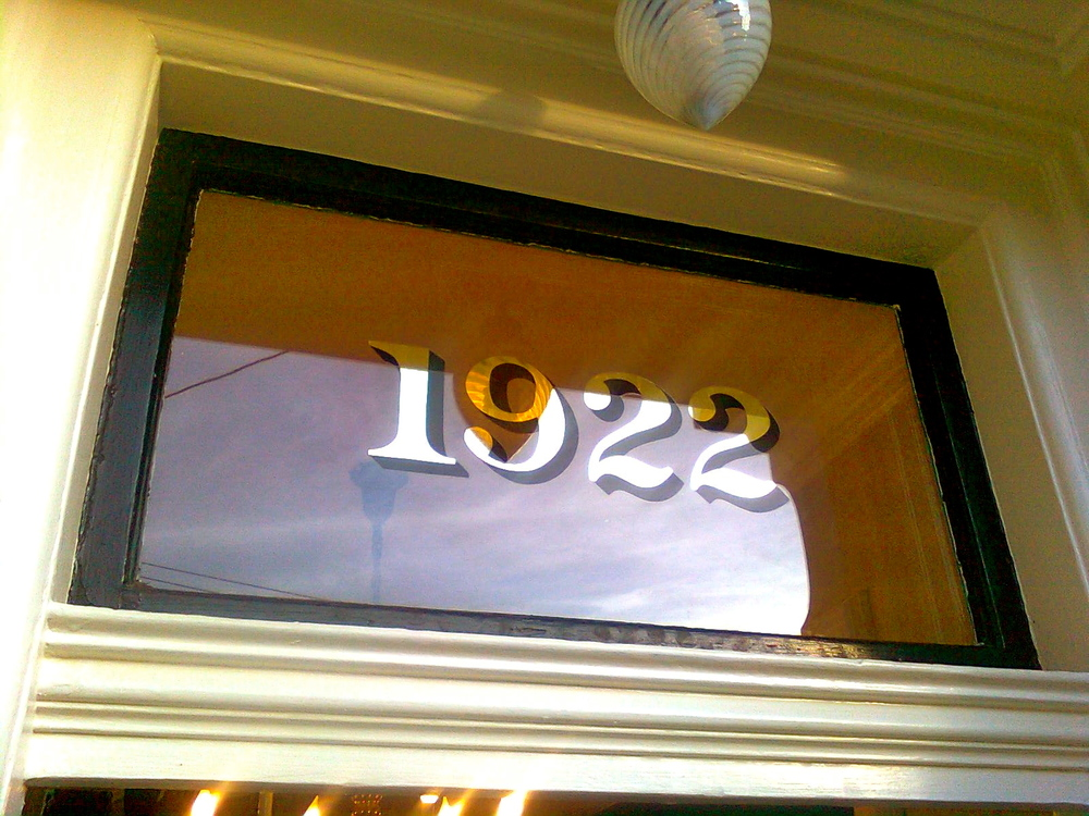 Hand-painted address numbers on a transom by Boston-based  Best Dressed Signs . Swoon.