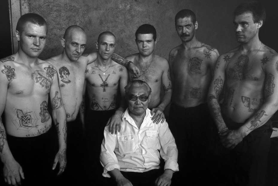 Foto de Danzig Baldaev con los muchachos del pabellón