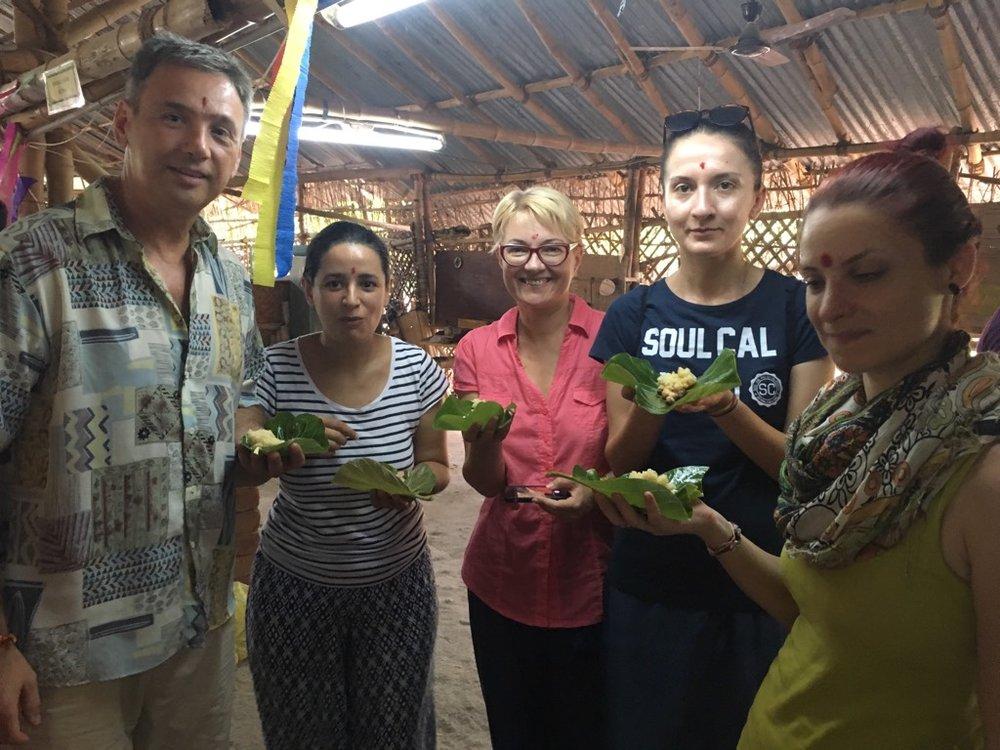 Tot am vorbit de mâncare: e timpul pentru un mic-dejun în frunză de banan la Auroville Bamboo Institute