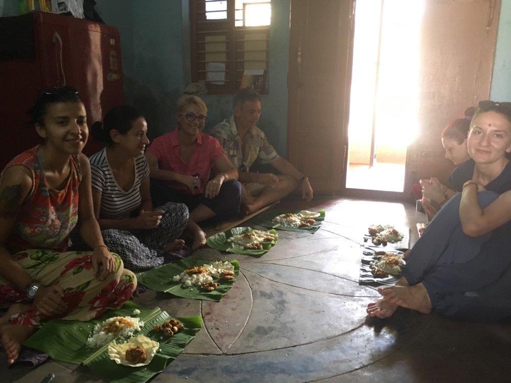 Ok și prânzul în satul Munnur la o familie de localnici care nu vorbesc boabă de engleză dar compensează prin zâmbet și uși larg deschise