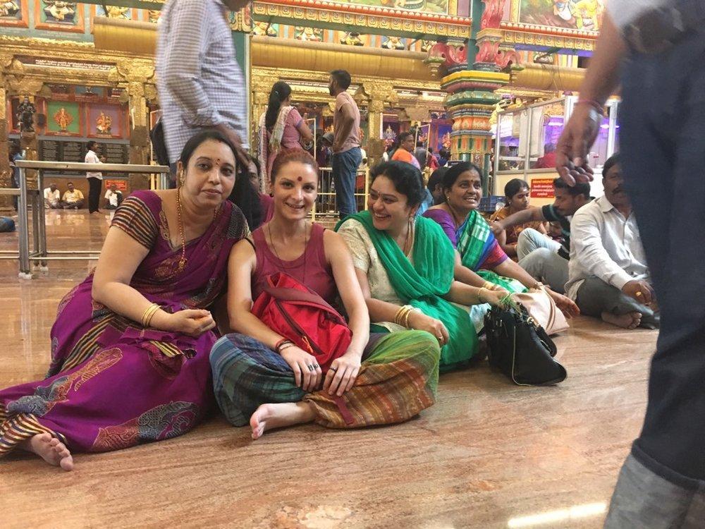 Vizita la templul hindus din Pondicherry e prilej de pioșenie, reculegere și mai ales reunire a punților foto dintre cele două culturi :)  #facemșinoiopoza