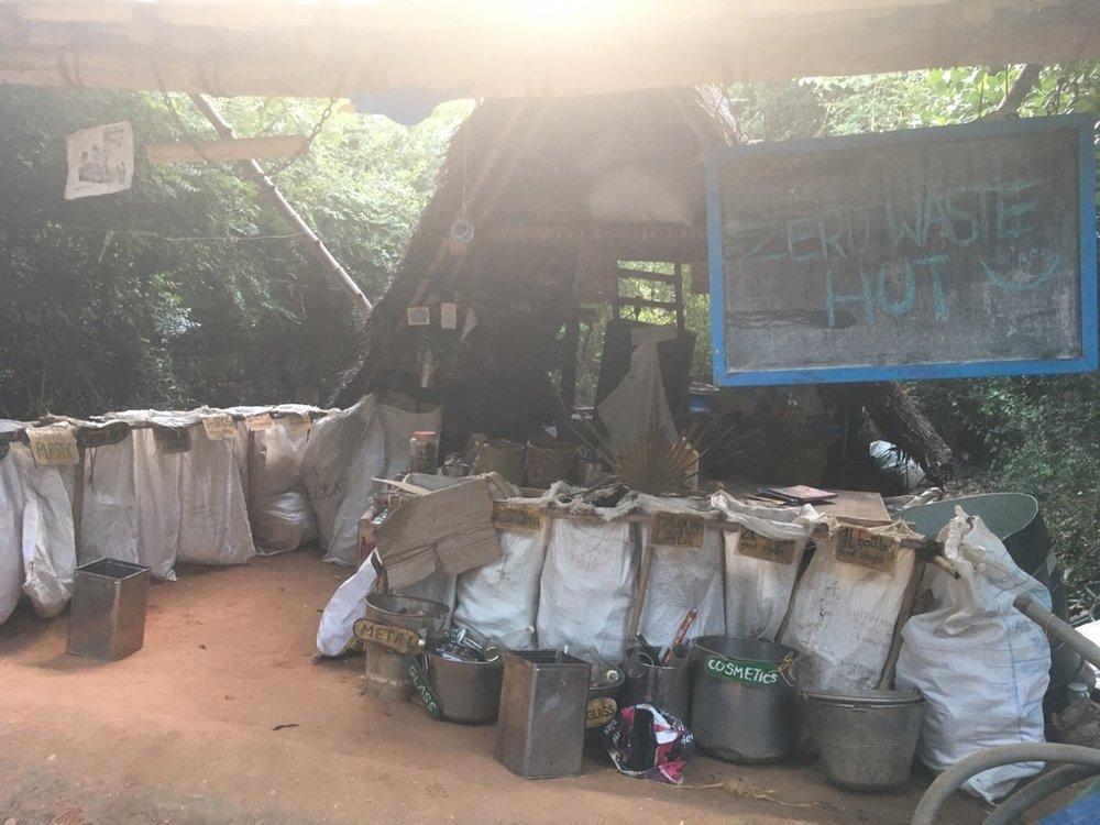 Auroville și implicit Sadhana Forest funcționează după o regulă simplă: zero waste. Tot ceea ce poate fi reciclat se adună într-o zonă de creație unde îți poți pune la încercare abilitațile de designer, sculptor, mecanic sau orice altceva îți poate trece prin minte. Resturile organice sunt folosite în mixul de compost care fertilizează întreaga pădure.