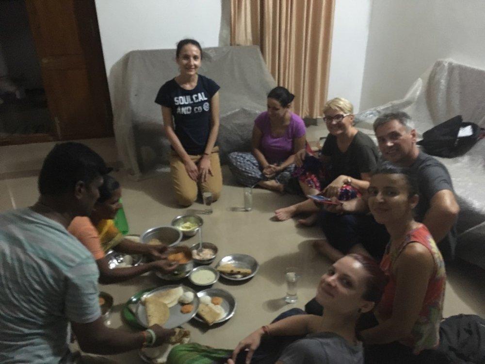 Murugan nu ne-a lăsat să plecăm până nu am luat cina cu familia lui si câteva cadouri special făcute pentru noi