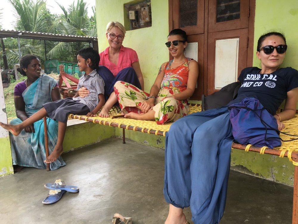 După prânz ne chill-uim pe charpoi în fața casei