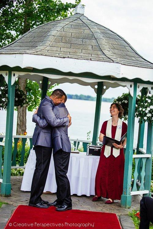 La célébrante laïque Shoshanna Green présidant un mariage.