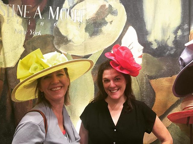 Jennifer Streams of @vumcchildren visiting with our official milliner @camhatsnyc 👒 we love our #TNSteeplechase family!