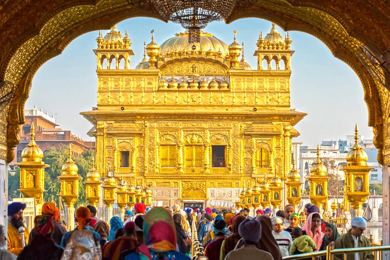 der-goldene-tempel-von-amritsar-stammt-aus-dem-16-jahrhunder-ist-das-groesste-heiligtum-der-sikh-und-ist-ueber-und-ueber-mit-gold-bedeckt-indien.jpg