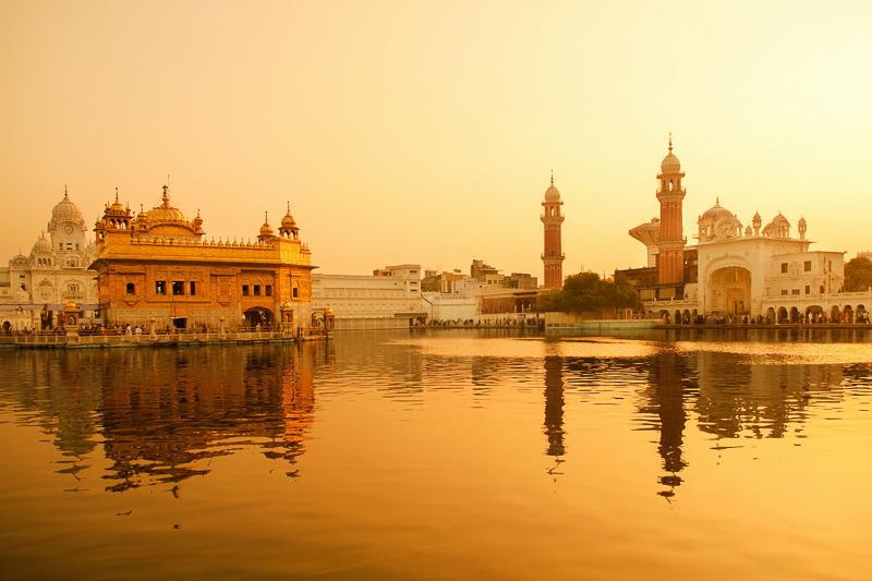 der-goldene-tempel-in-amritsar-indien-verkoerpert-die-einstellung-der-sikhs-dass-alle-menschen-gleich-sind.jpg