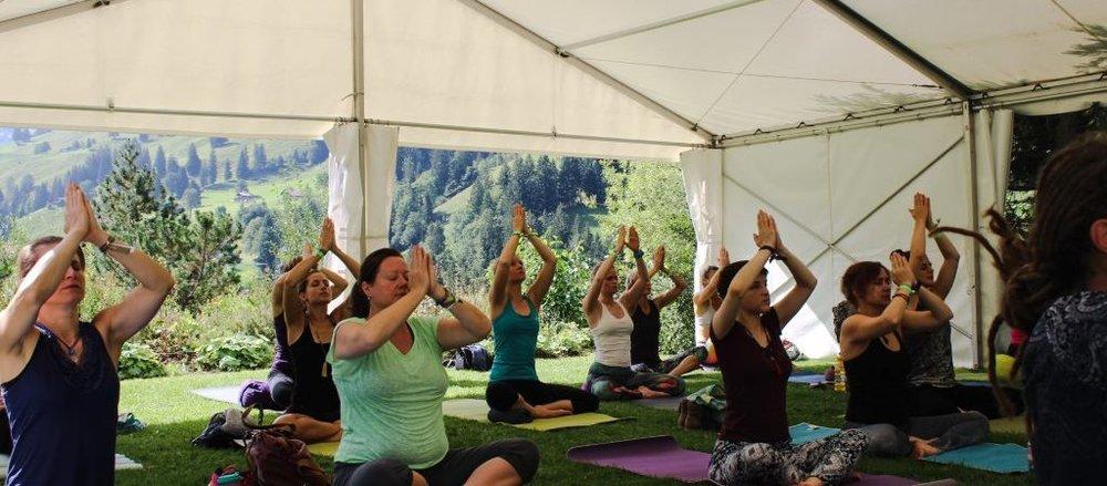 Yogafestival-Summer-of-Love-Stress-Auszeit-Yoga-Stefan-Geisse-86-1024x450.jpg