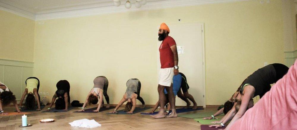 Yogafestival-Summer-of-Love-Stress-Auszeit-Yoga-Stefan-Geisse-207-1024x450.jpg