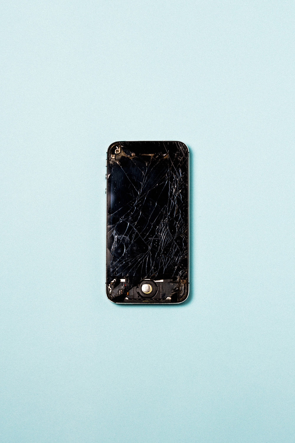product-iphone-apple-broken-fix-screen-obsolence-leandro-crespi.jpg