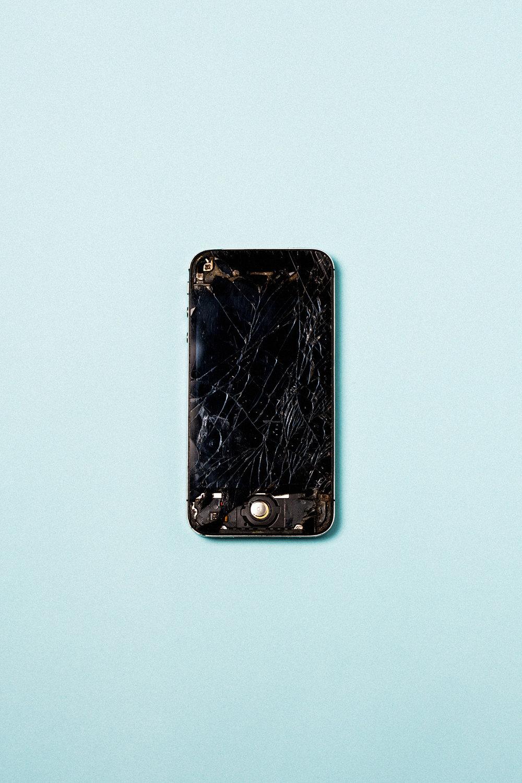 product-iphone-apple-broken-fix-screen-obsolence-leandro-crespi.jpg