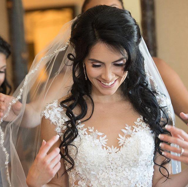 👰🏻 . . #bridalmakeup #bridalhairandmakeup #bridalhair #bridalhairstylist #weddinghair #hairandmakeupartist #striplashes #makeup #weddingmakeup #halfuphalfdown #hairandmakeup #makeupideas #hairstyles #weddinghairstyles #bridal