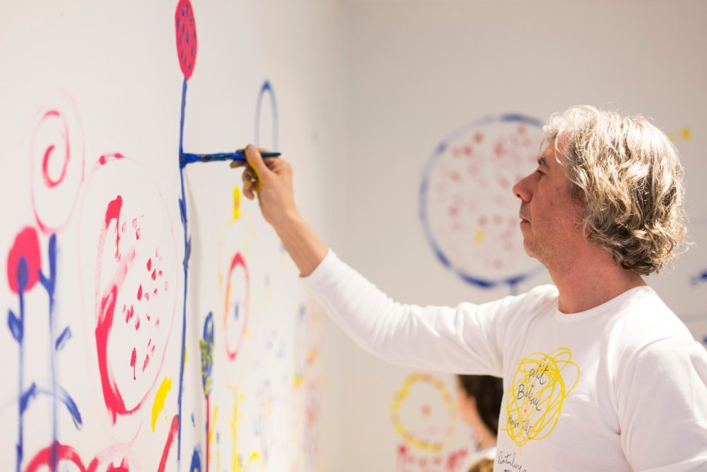 Hervé Tullet painting at one of his many art workshops for kids around the globe.