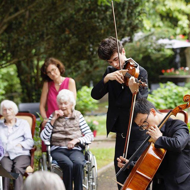 La Musique pour tous @bogeun51  @luka.ispir #musicforall #music #concert #livemusicnow #lmn #lmnfrance #yehudimenuhin #villadessources #retirement #retirementconcert #villedavray #versailles #iledefrance @villedeversailles #violin #cello #duo #bach #czardas #lukaispir #bogeunpark #beatricefischerdieskau (c) @ingesonradio