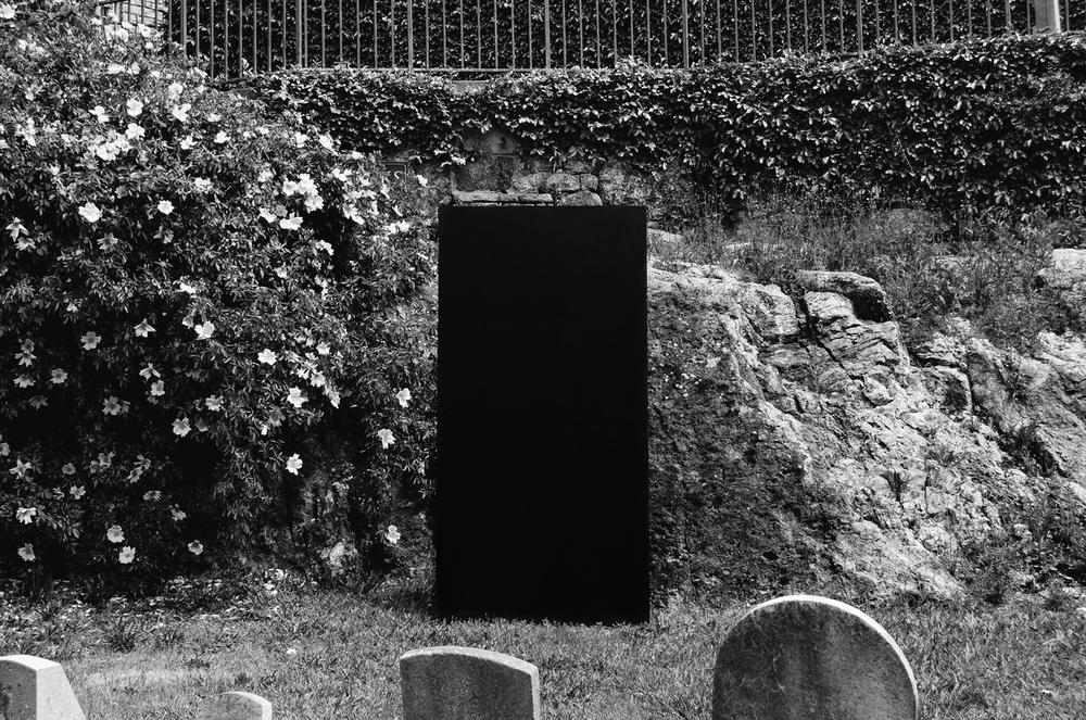 Small_graveyard_flowers.jpg