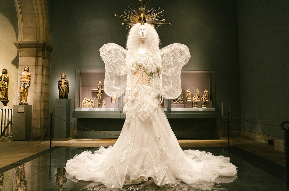 Dior evening ensemble, fall/winter 2005–6 haute couture. White silk tulle, embroidered white silk and metal thread.