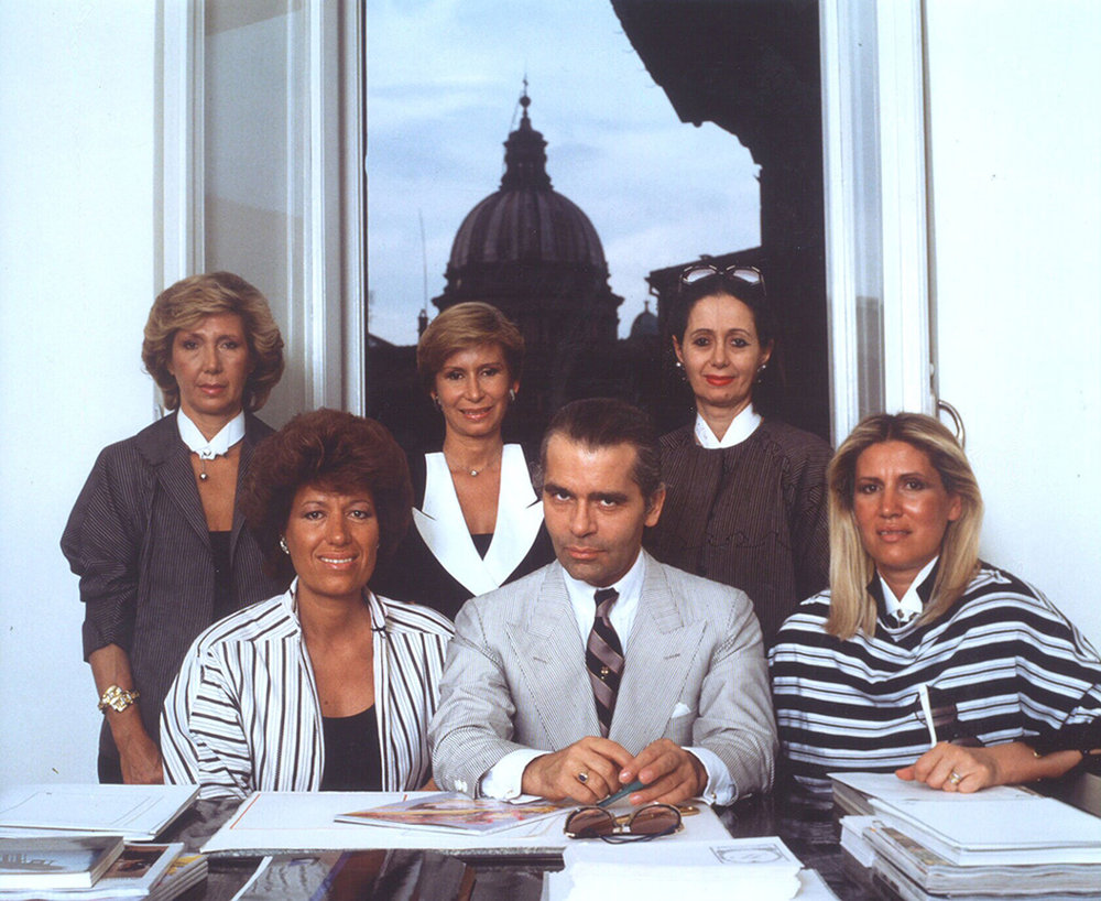 Karl next to the five Fendi sister back in 1983.