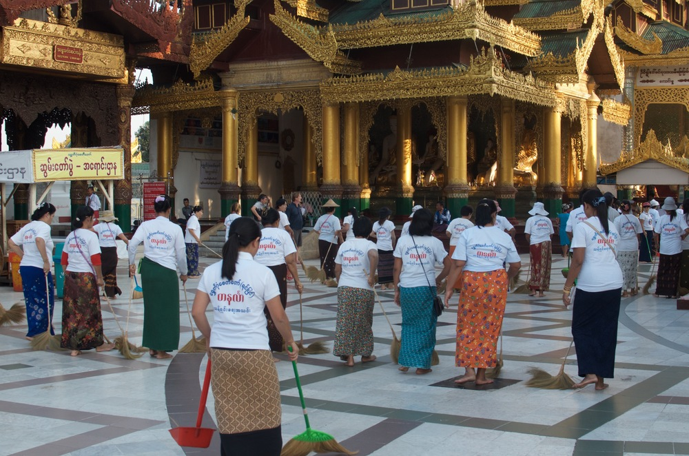 Around dusk, swarms of women with broomsticks walk out in neat rows. What follows is an elegant dance as they walk and sweep in step to ensure that the Shwedagon remains pristine.