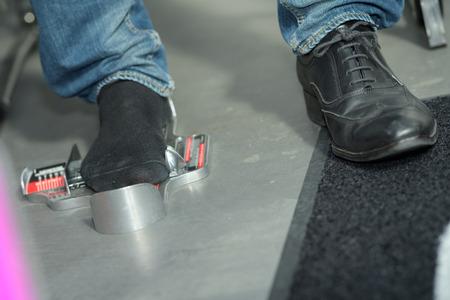 78779574_S_man_shoe_measure_size_check_shoe_store_shop_foot_sock.jpg