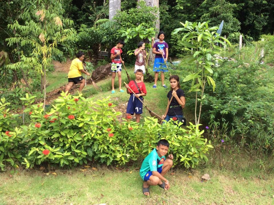 Stora barnen städar park.jpg