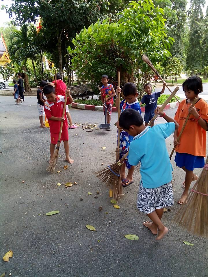Barnen städar Wat Manik.jpg