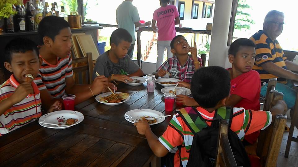 Killarna äter.jpg