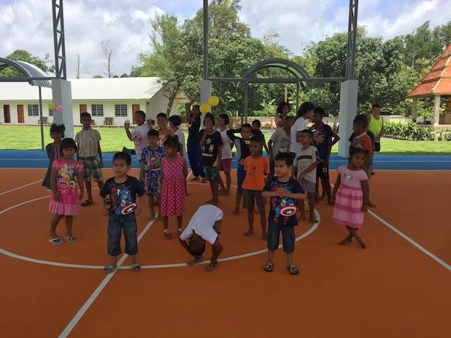Barnen dansar.JPG