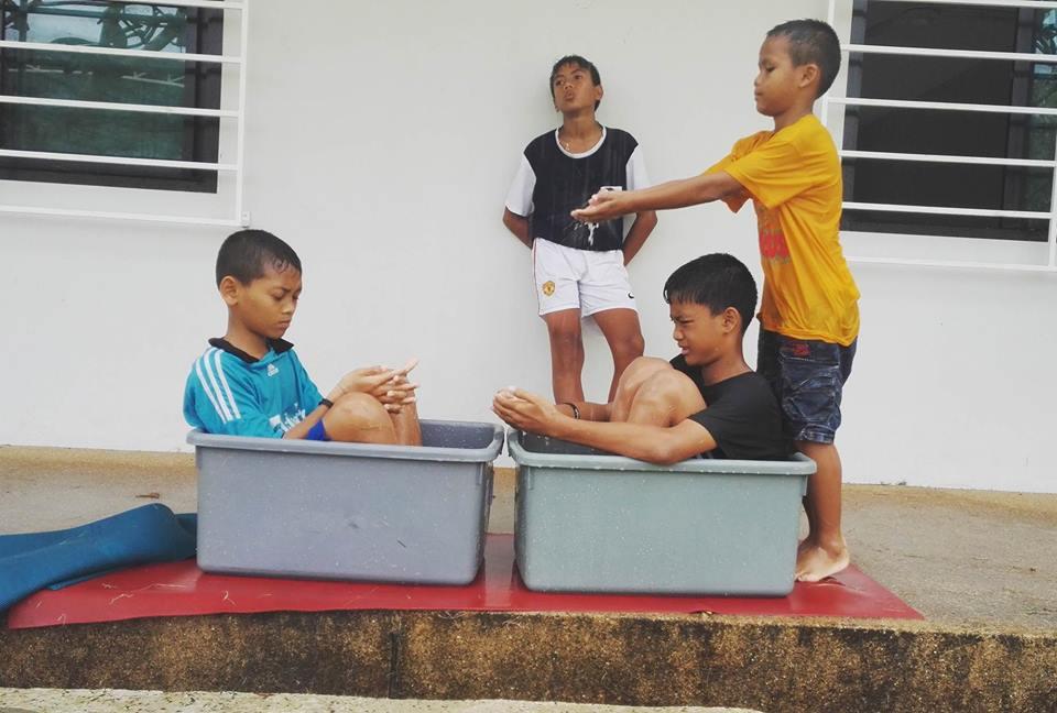 Barn i lådor.jpg