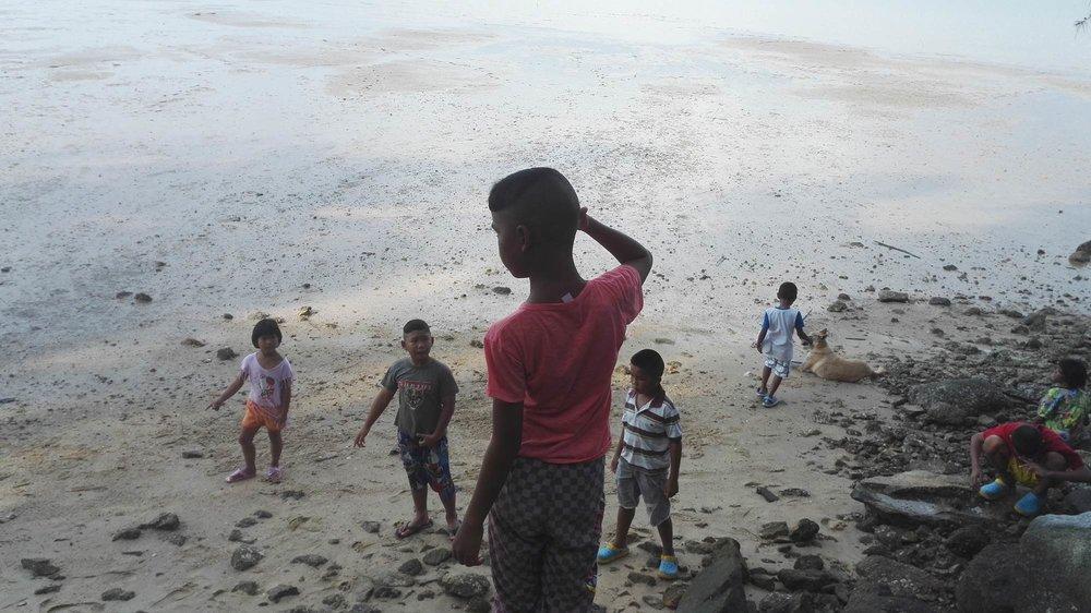 Barn på strand.jpg