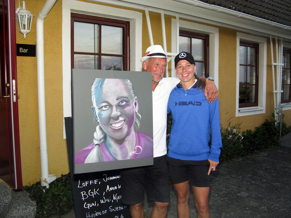 Johanna med lycklig pappa Ola och tavelköpare.jpg