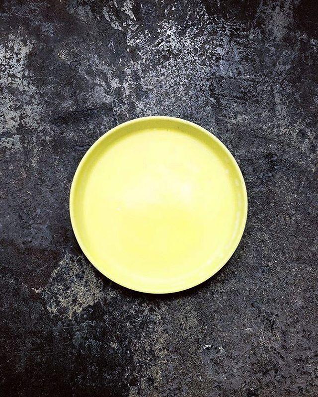 🍋 📷: @alyssamikiko #boston #oyaboston #oyarestaurant #foodstyling #foodphotography #foodandwine #theartofplating #ceramics #pottery #handmadeceramics #handmade #potsinaction #wheelthrown #mv #marthasvineyard #glaze #madeinaskutt #clay #stoneware #skuttkilns #ceramicsaretrending #cremerging