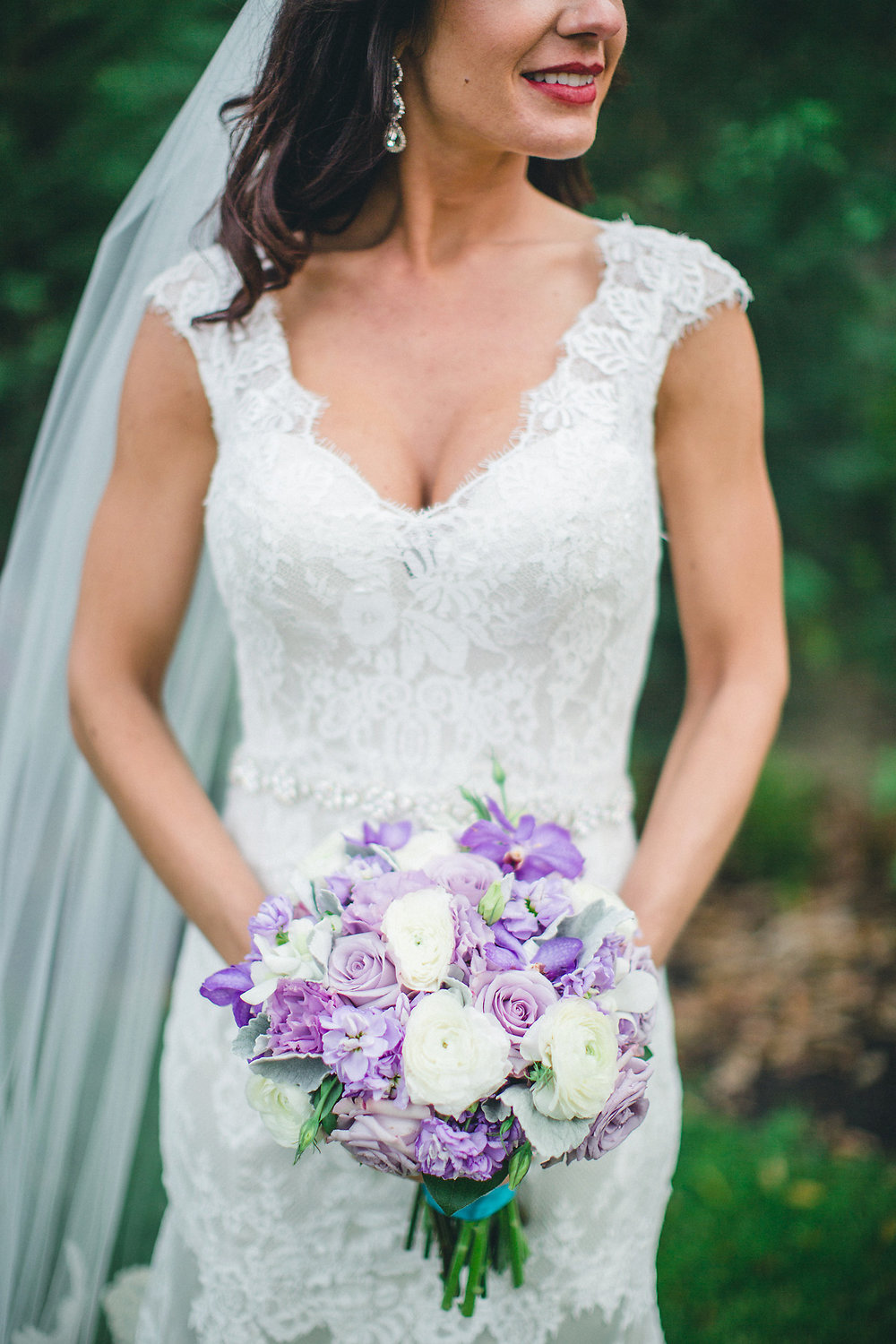 Bouquet by  A to Zinnias | Photography by  Izzy Hudgins Photography