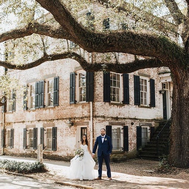 Obsessing over this stunning #weddingshot by @poorartist! See more of our favorites from across IG in our stories!  Bouquet @urbanpoppyshop Design @designstudiosouth Photography @poorartist