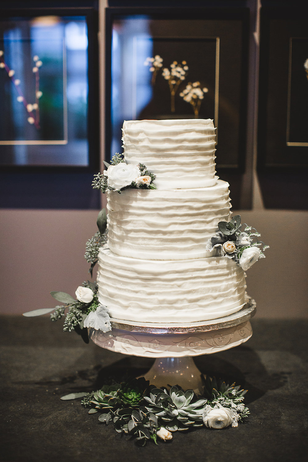 Cake by  Savannah Rum Runners Bakery & Cafe , Photography by  Izzy Hudgins Photography