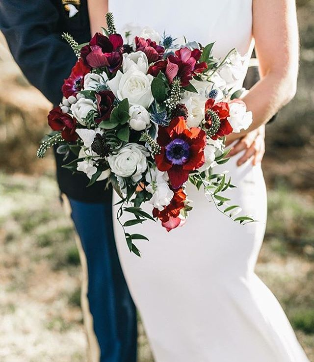 Oh my! This stunning #bridalbouquet by @harveydesignssavannah is giving us #fallwedding feels!  Wedding Vendors Photography @mackenseyalexander  Bouquet @harveydesignssavannah