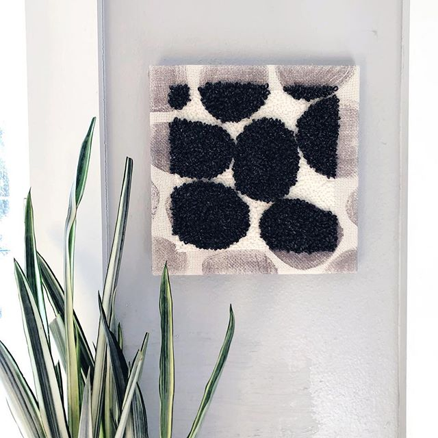 Enjoying the simplicity of this piece. It's at @dune_giftandhome if you want to see it too. 🌑🌚🎱💣🖤 #rughooking #punchneedleembroidery #blackandwhitehome