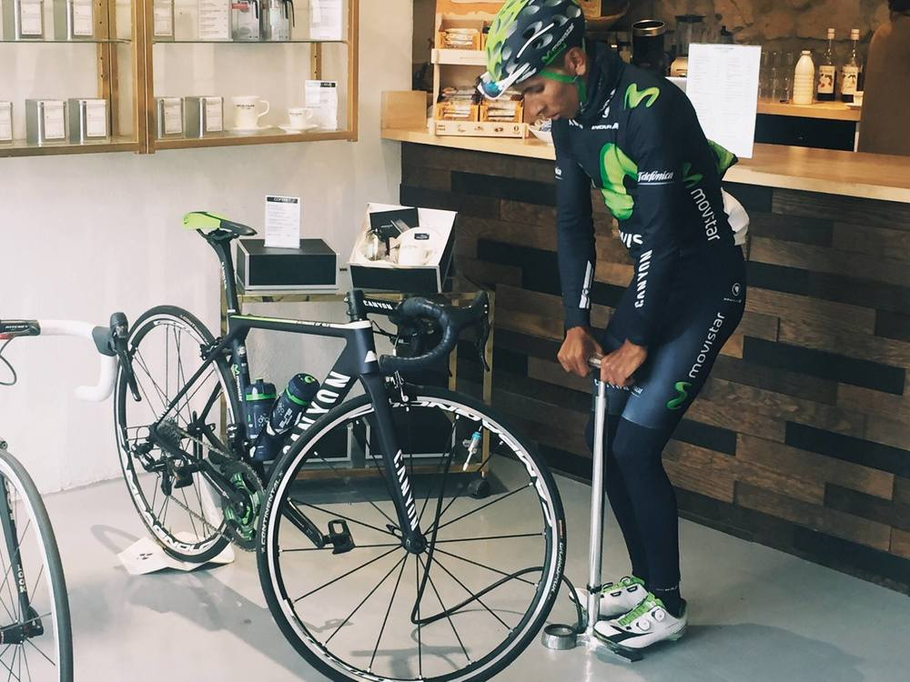 Nairo Quintana borrows a pump at the new Café du Cycliste emporium